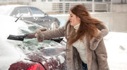 Jak odszronić szybę w samochodzie?