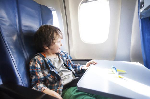 Jak przetrwać podróż samolotem z dzieckiem /materiał zewnętrzny