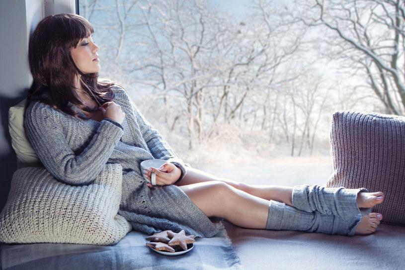 Jak rozprostować wełnę ze sprutego swetra? Nawiń ją na butelkę z gorącą wodą /Picsel /123RF/PICSEL