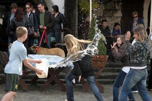 Jak się polewać, to tylko wodą /Mirosław Trembecki  /PAP