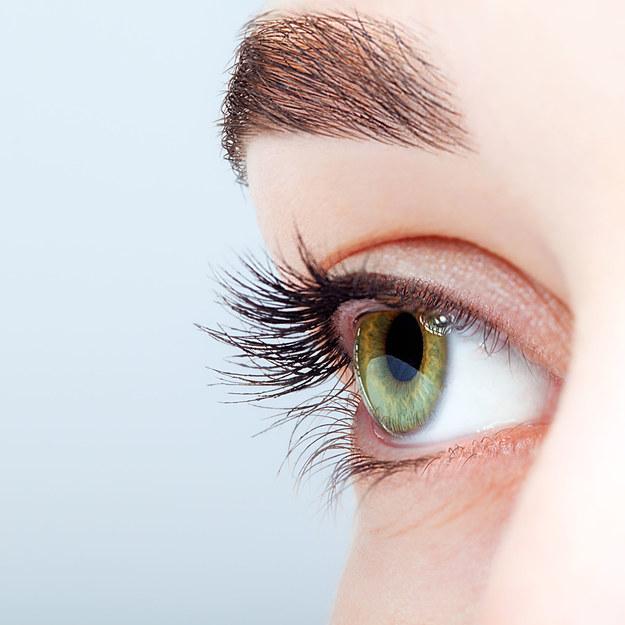 Jak skutecznie zredukować obrzęk powiek i zasinienia pod oczami? /123/RF PICSEL
