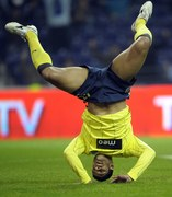 Jak trzeba, to Brazylijczyk Hulk staje na głowie, aby strzelić zwycięskiego gola