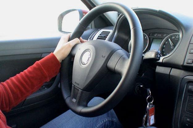 Jak trzymasz kierownicę? /INTERIA.PL