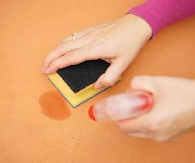Jak usunąć plamę z kanapy?