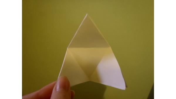 Zaznaczmy pozostałe zgięcia, tak by jeden wierzchołek trójkąta był po złożeniu na środku przeciwległej krawędzi.
