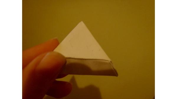 W powstałe kieszonki jednego z trójkątów wsuwamy pozostałe wierzchołki i otrzymujemy pudełeczko