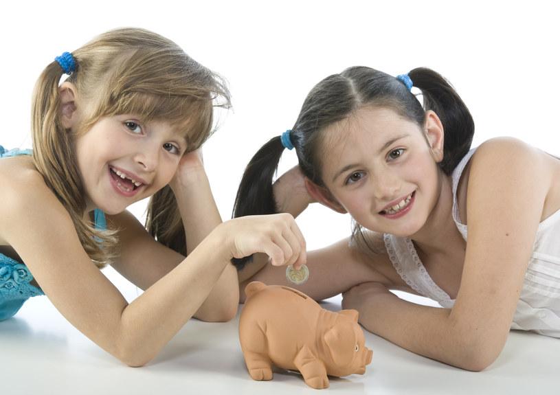 Jak zachęcić dziecko do oszczędzania? /walter zerla /© Glowimages