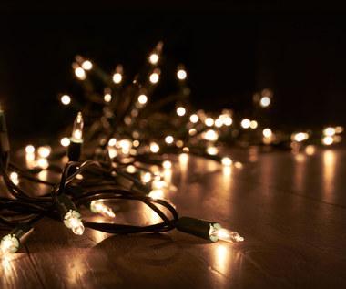 Jak założyć lampki na choinkę? Sprytny sposób