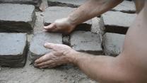 Jak zrobić cegły z błota. Prymitywne, lecz fascynujące!