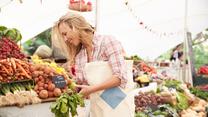 Jak zrobić oszczędne zakupy na straganie? Jan Kuroń radzi