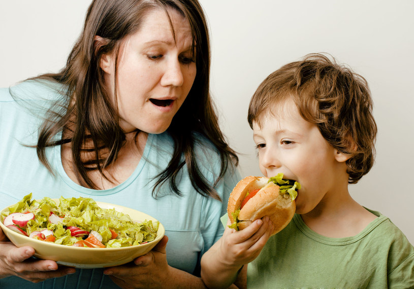 Jaka matka taki syn? Naukowcy są dziś pewni, że nawyki żywieniowe najbliższych mają wpływ na nasze wybory /123RF/PICSEL