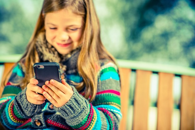 Jaki telefon na wakacje dla dziecka? /materiał zewnętrzny