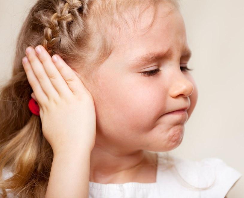 Jakie mogą być objawy zapalenia ucha? /123RF/PICSEL