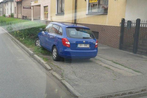 Jakim mandatem strażnicy miejscy powinni ukarać właściciela prezentowanej na zdjęciu Skody za parkowanie na trawniku...? /