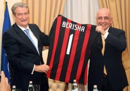 Jakiś czas temu koszulkę Milanu otrzymał premier Albanii. Może teraz jego rodak wykupi cały klub? /AFP