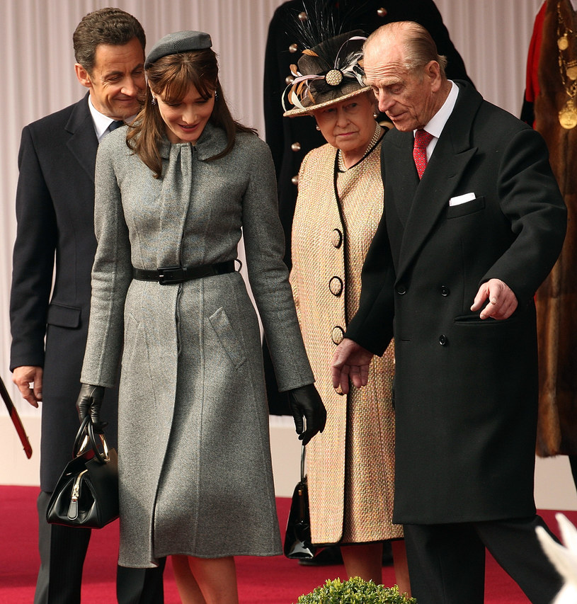 Jako żona prezydenta Francji musi unikać ekstrawagacji. Tu z królową Elżbietą II /Getty Images/Flash Press Media