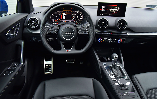 Jakość, ergonomia i funkcjonalność – na bardzo wysokim poziomie. Deska rozdzielcza przypomina tę z modelu A3, ale nawiewy nie mają funkcji rozpraszania powietrza. /Motor
