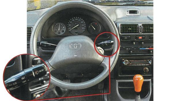 Jakość materiałów nie zachwyca, ale montaż jest dokładny. Rozkład przełączników typowy jest dla aut japońskich z tego okresu. Dla przykładu - takie same dźwigienki znaleźć można choćby w Corolli. /Motor