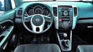 Jakość materiałów we wnętrzu jest przyzwoita. Obsługa urządzeń pokładowych nie sprawia większych problemów. Radiem można sterować za pomocą przycisków na kierownicy. /Motor