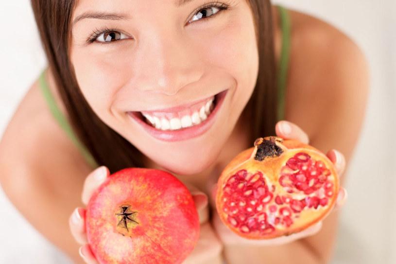 Jakość owocu rozpoznasz, stukając w skorupkę. Smaczne i dojrzałe wydadzą odgłos przypominający pyknięcie. Nienadające się do jedzenia pozostaną głuche na opukiwania /©123RF/PICSEL