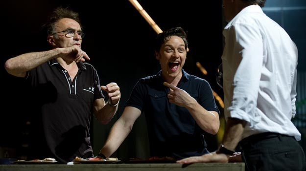 """James McAvoy (C) i Danny Boyle (L) na planie """"Transu"""" /materiały prasowe"""