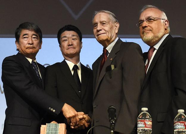 James Murphy (drugi z prawej) przyjmuje przeprosiny od szefów Mitsubishi fot. Robyn Beck /AFP