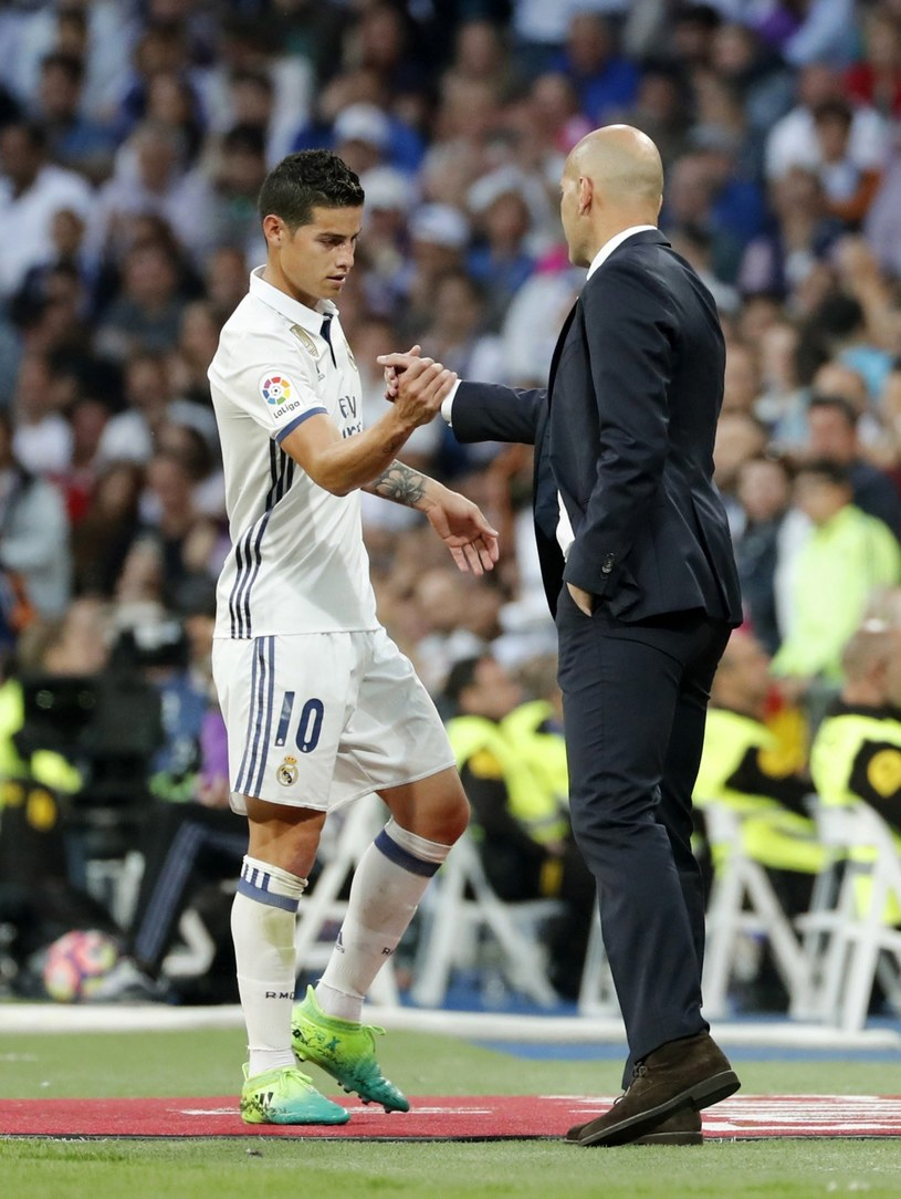 James Rodriguez żegna się z Zinedine'em Zidane'em i Santiago Bernabeu /PAP/EPA