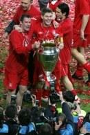 Jamie Carragher (z lewej) i Steven Gerrard (w środku) zostają na Anfield Road /AFP