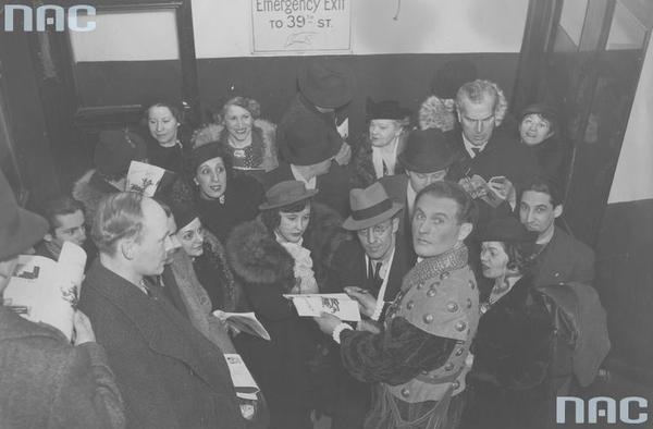 """Jan Kiepura rozdaje autografy po występie w operze Giuseppe Verdiego """"Rigoletto"""" w partii księcia Mantui w nowojorskiej Metropolitan Opera"""