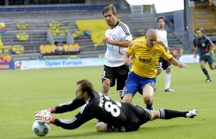 Jan Mucha powstrzymuje Samuela Holmena. /AFP
