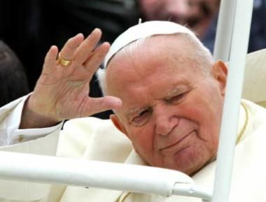 Jan Paweł II krytykowany jest głównie za konserwatywną etykę seksualną /AFP
