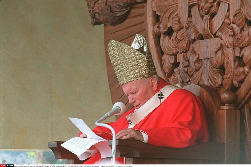 Jan Paweł II podczas jednej z pielgrzymek do Polski /Wojtek Laski /East News