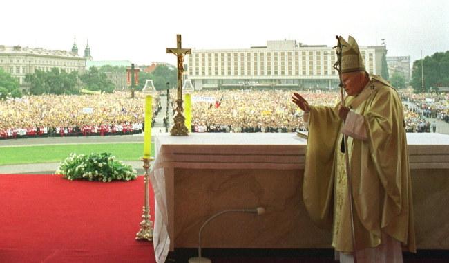 Jan Paweł II podczas VII pielgrzymki do Polski, błogosławi wiernych zgromadzonych na Placu Piłsudskiego w Warszawie /Arturo Mari /PAP