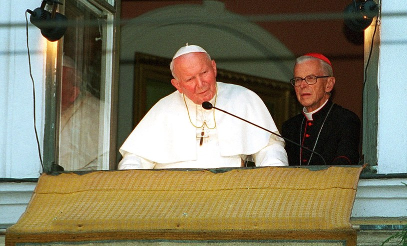 Jan Paweł II w oknie na Franciszkańskiej 3 /Piotr Tumidajski /FORUM