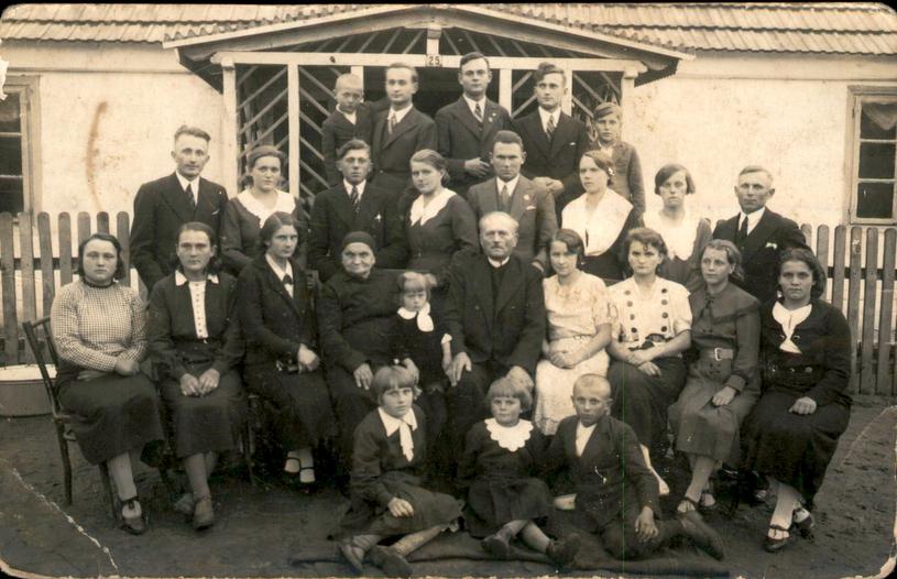 Janina Drygas siedzi na krześle w pierwszym rządzie (pierwsza z prawej). Zdjęcie zostało wykonane w latach 20. XX wieku /Archiwum prywatne Piotra Janiaka /