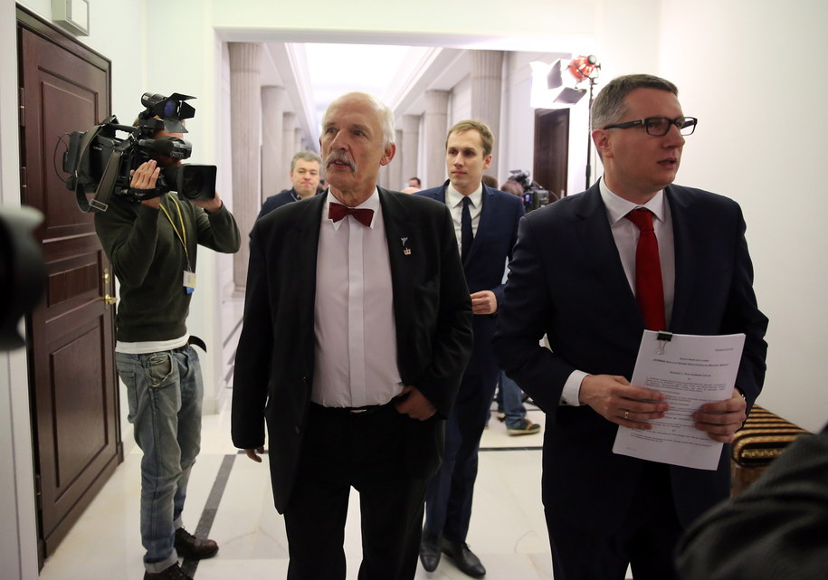Janusz Korwin-Mikke i Przemysław Wipler na korytarzu sejmowym /PAP/Tomasz Gzell /PAP