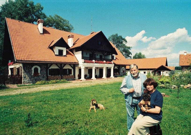 Janusz Majewski i Zofia Nasierowska przed swoim domem /Zenon Zyburotwicz /East News