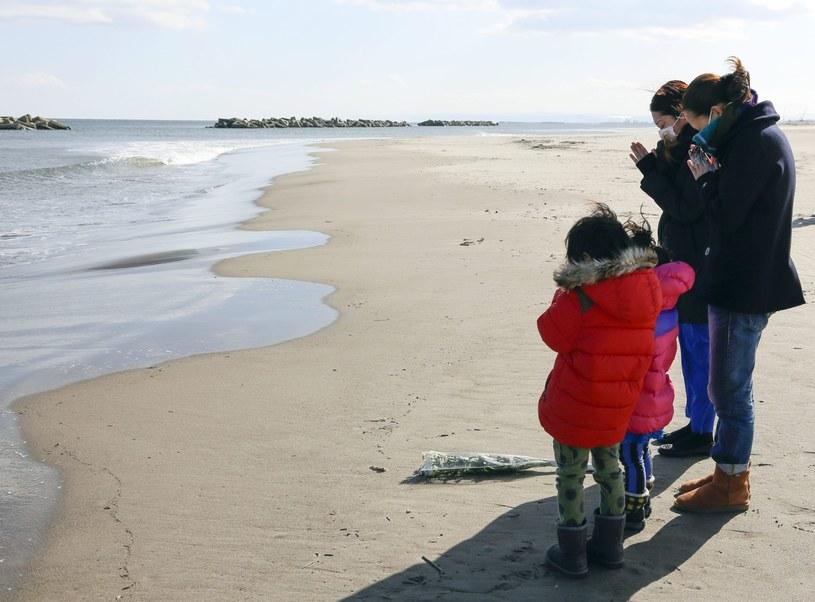 Japończycy modlą się za ofiary tsunami /PAP/EPA