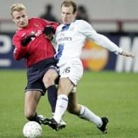 Jarosik i Robben walczą o piłkę. CSKA-Chelsea 0:1 /AFP