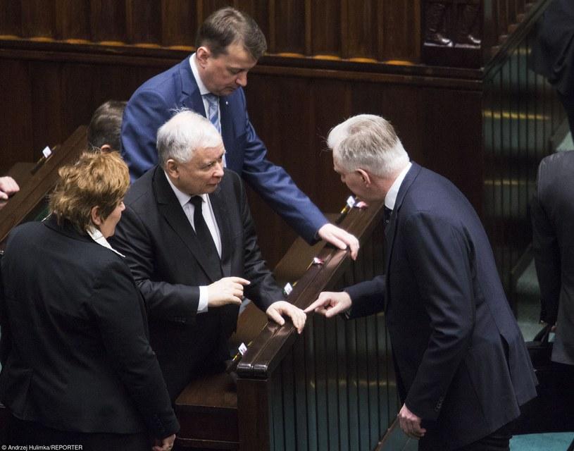 Jarosław Kaczyński i Jarosław Gowin naradzają się w Sejmie /Andrzej Hulimka  /Reporter