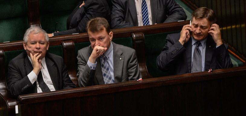 Jarosław Kaczyński (L), Mariusz Błaszczak (C) i Marek Kuchciński (P) /Jakub Kamiński   /PAP