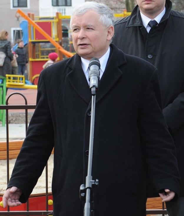 Jarosław Kaczyński na placu zabaw /PAP