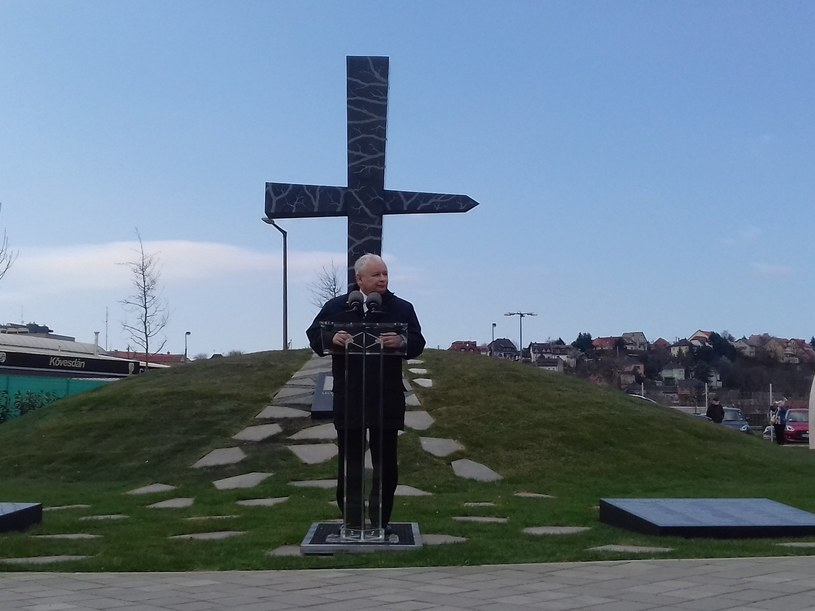 Jarosław Kaczyński pod pomnikiem Memento Smoleńsk w Budapeszcie /Łukasz Szpyrka /INTERIA.PL