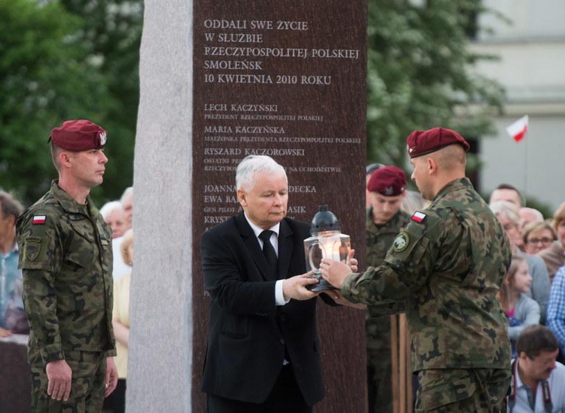 Jarosław Kaczyński podczas uroczystości odsłonięcia i poświęcenia pomnika ofiar katastrofy smoleńskiej /Grzegorz Michałowski /PAP