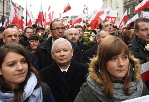 Jarosław Kaczyński wśród uczestników marszu /PAP/Radek Pietruszka    /PAP