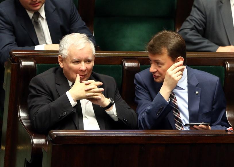 Jarosław Kaczyński (z lewej) i Mariusz Błaszczak (z prawej) /Tomasz Gzell /PAP