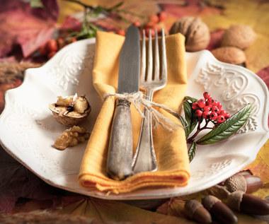 Jarzębina, kasztany i żołędzie ozdobą jesiennego stołu