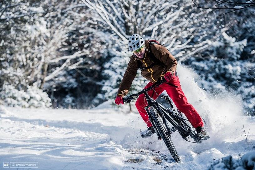 Jaskrawe elementy stroju i ubiór na cebulkę to bezpieczeństwo i komfort zimą /materiały prasowe