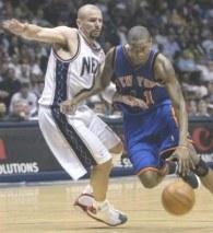 Jason Kidd (z lewej) poprowadził New Jersey Nets do zwycięstwa nad New York Knicks /AFP