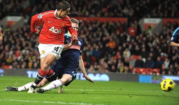 Javier Hernandez strzela piętą gola dla Manchesteru United /AFP